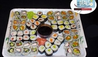 Апетитен суши сет от 64 суши хапки с пушена сьомга, филаделфия, бяла и розова херинга, възможност за доставка от Sushi Market!