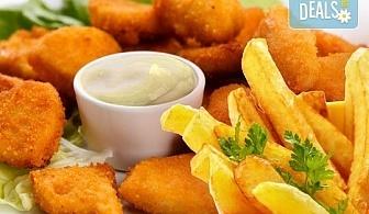 Апетитно! Хрупкави пилешки филенца със сусам и млечно-чеснов сос и гарнитура пържени картофки в Бистро Папи!