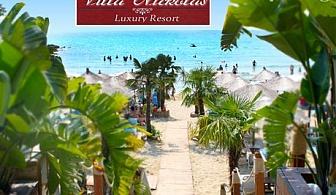 Август в Кавала, Гърция, на 40м. от плажа! Нощувка със закуска + частен плаж, чадър и шезлонг на плажа от Вила Николас