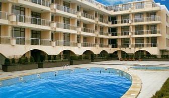 1 - 24 Август на ПЪРВА ЛИНИЯ в Черноморец! Нощувка, закуска, обяд и вечеря + басейн, водна пързалка и чадър за плажа от хотел Понтика