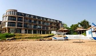 25 Август - 10 Септември на ПЪРВА ЛИНИЯ в Черноморец! Нощувка, закуска и вечеря за двама, трима или четирима + чадър и шезлонг на плажа от хотел Лост Сити