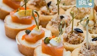90 броя хапки с ароматен крем и пушена сьомга, прошуто, моцарела и чери домати и френски сирена от Топ Кет Кетъринг!
