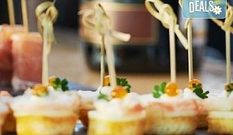 100 броя мини сандвичи и тарталети, аранжирани и декорирани за директно сервиране, от кулинарна работилница Деличи!