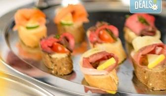 90 броя празнични хапки, аранжирани и декорирани за директно сервиране от кулинарна работилница Деличи!