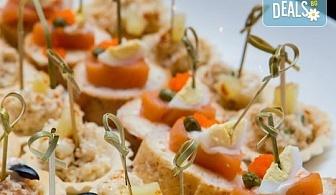"""90 броя празнични хапки """"Класическата тройка"""", аранжирани и декорирани за директно сервиране и консумиране от кулинарна работилница Деличи"""