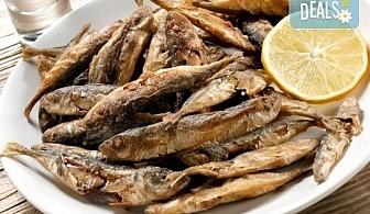 За ценители! ЕДИН килограм хрупкав пържен черноморски сафрид плато от Рибен ресторант Старецът и Морето в езеро Ариана!