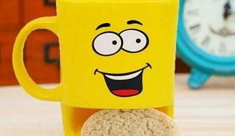 Чаша с усмивка и място за бисквитка