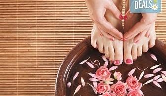 В цветовете на OPI! Арома педикюр с ароматни соли, пилинг, масаж на ходилата и декорации в Салон за красота Miss Beauty!