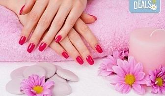 Цвят и дълготрайност! Маникюр с гел лак, сваляне на стар гел лак и терапевтичен масаж на ръцете в салон Bellisima!