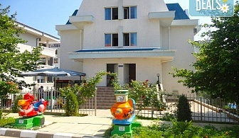 Цяло лято в Къща за гости Дейзи, Свети Влас! Нощувка на 80 м. от плажа, ползване на открит сезонен басейн и детски кът, безплатно за дете до 11.99 г.