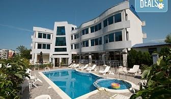 Цяло лято в с. Лозенец! Нощувка със закуска или със закуска и вечеря в Семеен хотел Ариана 3*, басейн, шезлонги, климатик, безплатно настаняване на дете до 1.99г. !