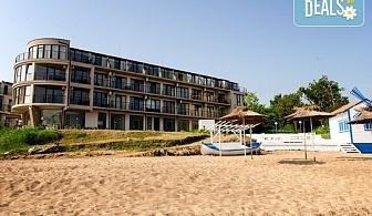 Цяло лято на море на първа линия в стаи за гости Лост Сити, Черноморец! Нощувка със закуска и вечеря, ползване на шезлонг и чадър на плажа, безплатно за дете до 7.99г.!