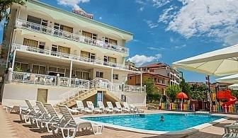 Цяло лято на 50м. от плажа в Свети Влас! Нощувка, закуска, обяд и вечеря + басейн от хотел Панорама***