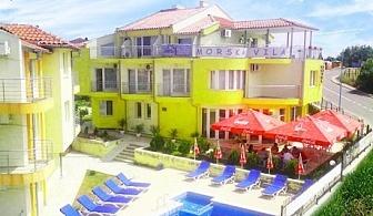 Цяло лято в Созопол на 150м. от плажа! 5 нощувки за 2-ма с 2 деца или 3-ма + басейн, шезлонг и чадър в семеен хотел Морска Вила