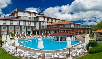 8-ми декември в хотел Езерец, Благоевград! Една или две нощувки на човек със закуски + вътрешен басейн и  СПА