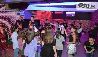 Детски рожден ден за до 10 деца или Детска дискотека! Коледни забавления и танци с DJ или аниматор + детско меню и украса, от Corner bar, Пловдив