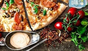 Голяма фамилна пица: Капричоза, Попай, Поло, Кариола или др. за вкъщи или за консумация на място в Ресторант Златна круша!