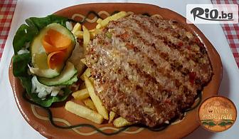 Гурманска плескавица от телешко и свинско в було със зелена салата и печени картофки + жива музика, от BG Wine Restaurant