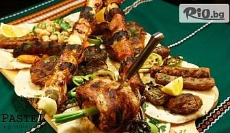 Хапнете вкусно Плато мешена скара с пържени картофи (1.400 гр) + 2 Гръцки салати (800 гр), от Pastel Grill House