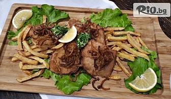 1 кг. хапване за двама! 2 броя Баварски шницели приготвени с билково масло върху канапе от пържени картофи и хрупкав лук, от Ресторант Сантели