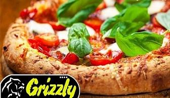Хрупкава италианска пица 30 см. или пица и палачинка по избор в Pizza Bar & Grill Grizzly в Слънчев бряг
