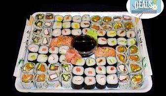 Изненадайте гостите си с вкусно суши! 74 суши хапки с пушена сьомга, херинга, пресни зеленчуци и авокадо от Sushi Market