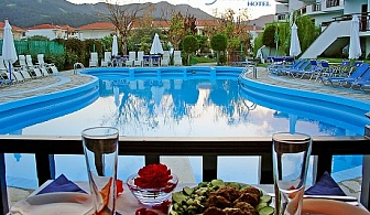 Късно лято на 300 метра от два пясъчни плажа в Лименас, o.Тасос- Нощувка със закуска + басейн в хотел Macedon***, Гърция!