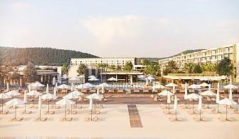 Късно лято в Обзор! Нощувка на човек на база ULTRA ALL INCLUSIVE 24 часа на брега на морето + чадър и шезлонг на плажа, 3 басейна, СПА и анимация в Клуб хотел Мирамар Делукс