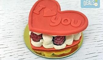 """Кажи """"Обичам те!"""" с 2 бр. големи Френски макарона - сърце, с крем Баваруаз и пресни малини, от Сладкарница Сладост!"""