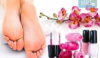 Класически педикюр с обикновен или гел лак на SNB и масаж на ходилата с омекотяващ балсам в салон Bellisima Donna