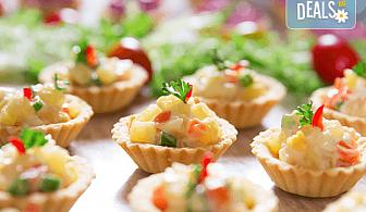"""Коктейлни хапки """"Романтика"""" – 2 плата с 54 броя тарталети с френски сирена и свежи плодови шишчета, аранжирани и декорирани за директно сервиране!"""