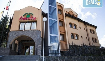 Коледа в хотел Емали грийн 3*, Сапарева баня! 3, 4 или 5 нощувки със закуски и вечери, традиционна вечеря на Бъдни вечер, празнична Коледна вечеря, ползване на сауна и хидромасажно джакузи с минерална вода!
