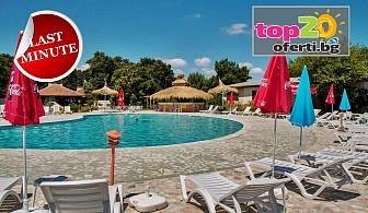 Last Minute 24.06 - 28.06! Нощувка със закуска, обяд и вечеря + Открит басейн, чадър и шезлонг в хотел Кремиковци, Китен, за 34 лв. на човек!