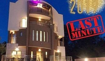 LAST MINUTE! Нова Година в Нишка Баня, Сърбия! 3 нощувки на човек със закуски и вечери, 2 празнични с неограничена консумация на напитки в хотел Вила ДНД