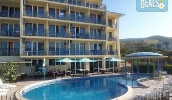 Лятна почивка в хотел Пешев 3*, Свети Влас! Нощувка със закуска или закуска и вечеря, ползване на външен басейн, безплатно за дете до 5.99г.!