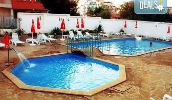 Лятна почивка в период по избор в Приморско! 7 нощувки със закуски и вечери и ползване на басейн и шезлонг в хотел Фамилия Клуб 2*! Дете до 5 години безплатно!