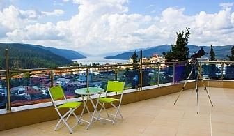 Лято с панорамна гледка към язовир Доспат. Нощувка за двама в апартамент с джакузи + закуска и вечеря в Хотел Сафи. Безплатно ползване на открит басейн и батут