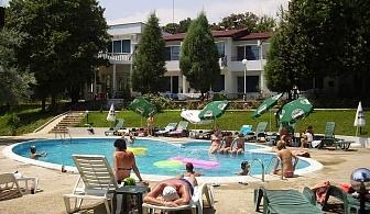 Лято в Парк хотел Здравец - Златни пясъци за една ночщувка със закуска, външен басейн с шезлонги и чадъри / 01.05.2017 - 30.05.2017