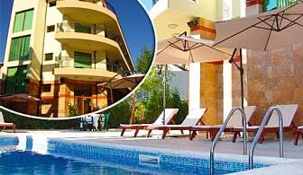 Лято в Свети Влас! Нощувка, закуска и вечеря + басейн за 2-ма с до 2 деца в хотел Серенити