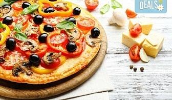 2 малки пици по избор: Капричоза, Калцоне, Поло, Хавай, Прошуто или друга от Ресторант Златна круша!