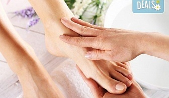Mедицински СПА педикюр с професионални гел лакове Kiara Sky, Бонус: две изящни декорации и сваляне на стар гел лак от Nail Salon Desire!