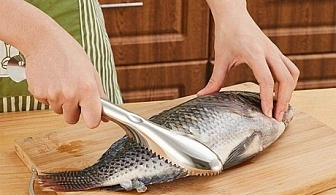 Метален прибор за почистване на риба