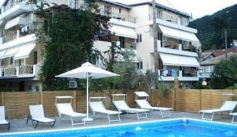 На 70 метра от плажа в хотел Vassiliki Bay на остров Лефкада за една нощувка, закуска, открит басейн и паркинг / 26.06.2017 - 18.07.2017