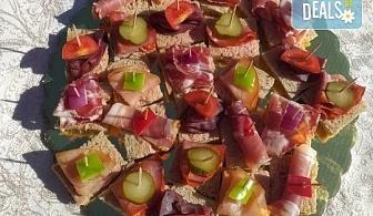 Микс от 100 или 150 броя разнообразни месни хапки, завършени със свежи зеленчуци, аранжирани и готови за сервиране, от Кетъринг груп 7!