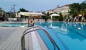 На 100 м. от морето в хотел Tresor Sousouras - Касандра, Халкидики за една нощувка, закуска, вечеря, безплатен паркинг, открит басейн с бар до него / 28.04.2017 - 20.05.2017