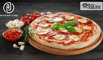 Наслади се на свежа салата и голяма пица по избор с 52% отстъпка, от AJ Restaurant andamp;Bar