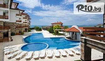 Нощувка в апартамент за до 4 или 6 човека - на първа линия на плажа + басейн, чадър и шезлонг в Robinson Vip Apartments 3*, Елените