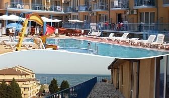 Нощувка на човек + басейн на 50 метра от плажа в хотел Хит, Равда