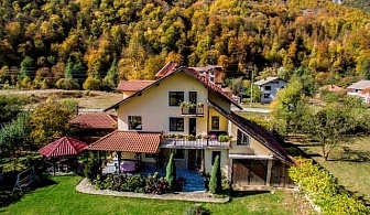 Нощувка на човек за 18 лв. в къща за 23 гости + басейн, детски кът и барбекю -  къща Българка, Рибарица
