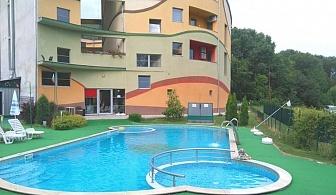 Нощувка на човек + външен басейн и джакузи с минерална вода в СПА Комплекс Детелина, Хисаря
